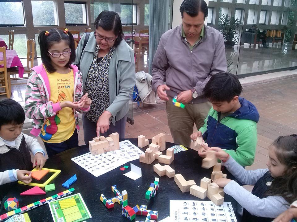 Niños jugando con figuras geométricas