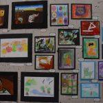 Exponen niñas y niños obras pictóricas, en galería del Congreso Estatal