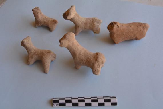 Conjunto de figuritas de arcilla con forma de bóvidos encontrado en una de las excavaciones. / UAB