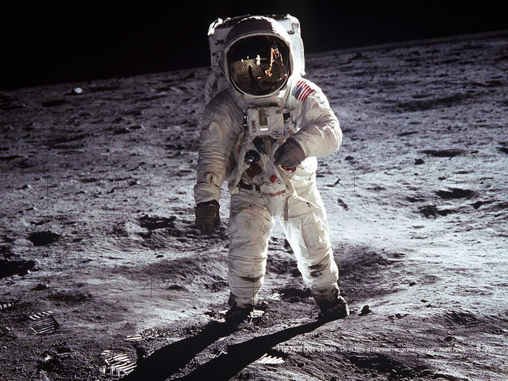 Un astronauta camina sobre la superficie de la Luna durante la misión Apolo 11. / NASA