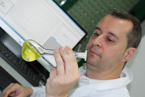 El profesor Rafael Madueño, del Departamento de Química Física y Termodinámica Aplicada de la Universidad de Córdoba, en el laboratorio. / UCO
