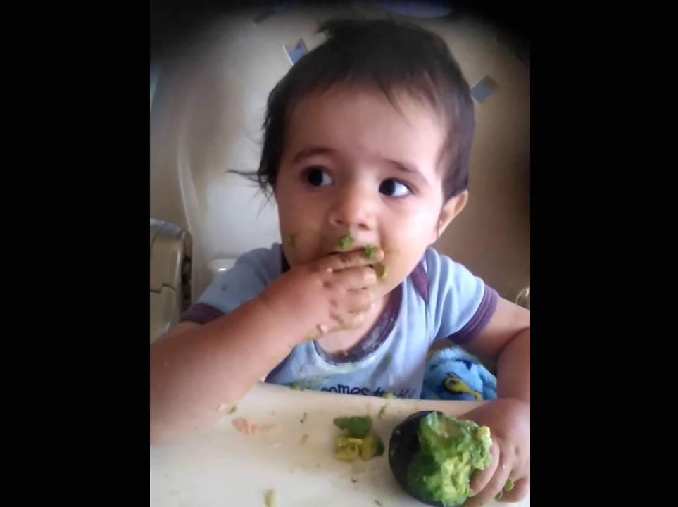 Bebé come aguacate