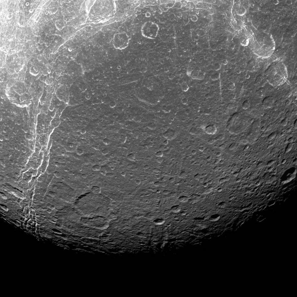 Dione, una Luna de Contrastes