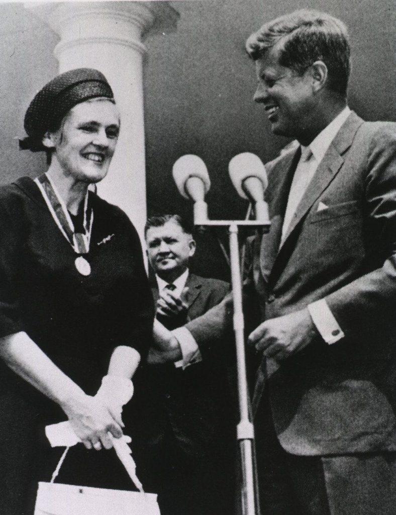 Frances Oldham Kelsey y John F Kennedy, en la entrega del premio