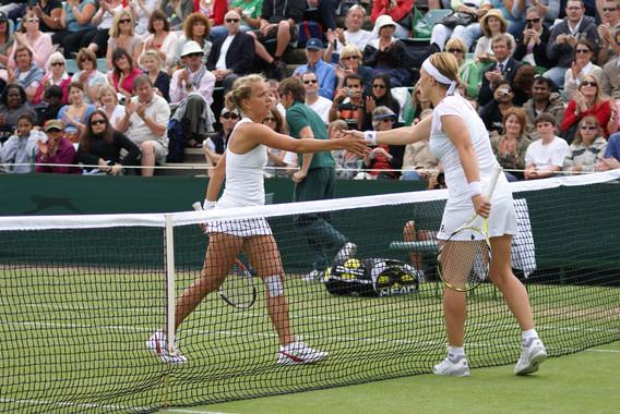 Dos tenistas estrechando la mano tras un partido. / Chris