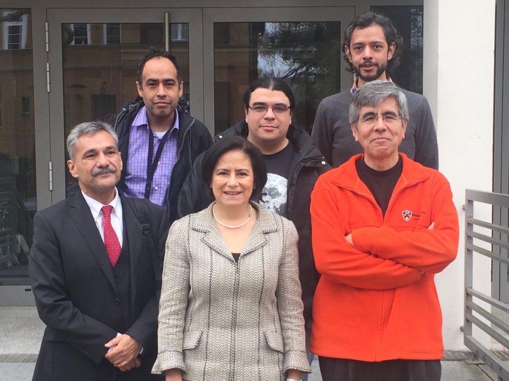 José Mustre y el doctor Raúl Rojas con parte de su equipo de trabajo