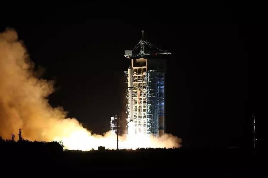 Lanzamiento del primer satélite de comunicación cuántica del mundo en un cohete Gran Marcha 2D desde el Centro de Lanzamiento de Satélites de Jiuquan, en el desierto de Gobi, en el noroeste de China. / Xinhua