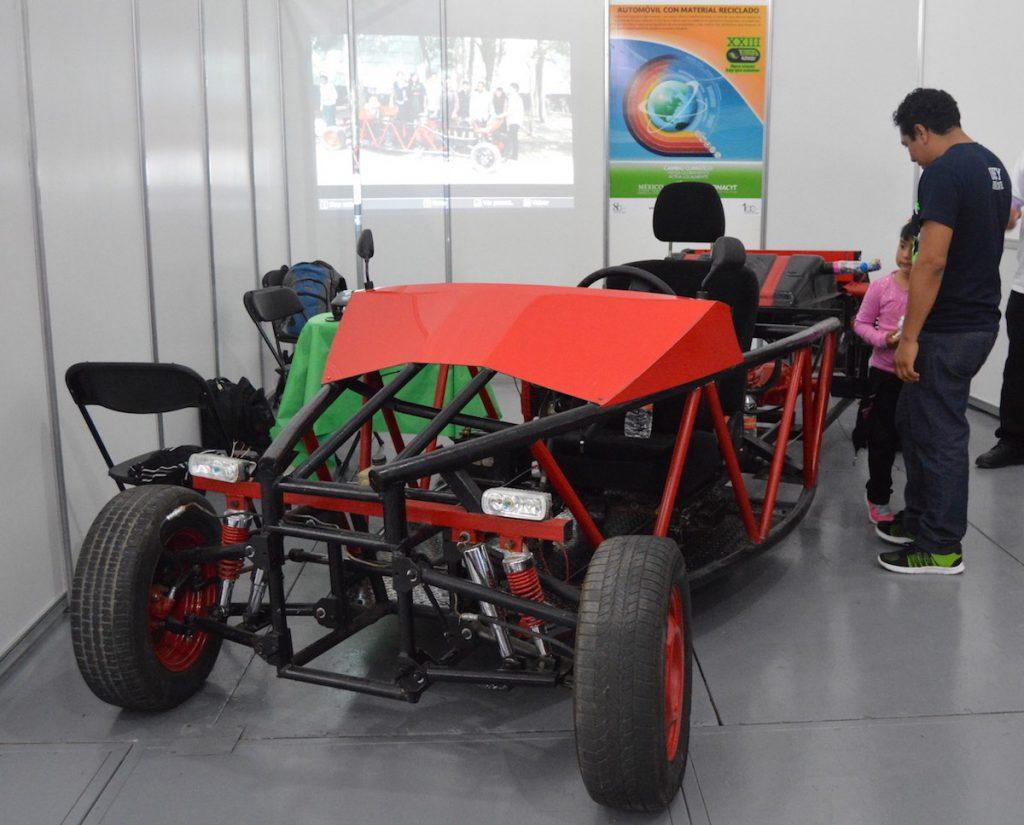 Automóvil tipo Fórmula 1 con materiales reciclados