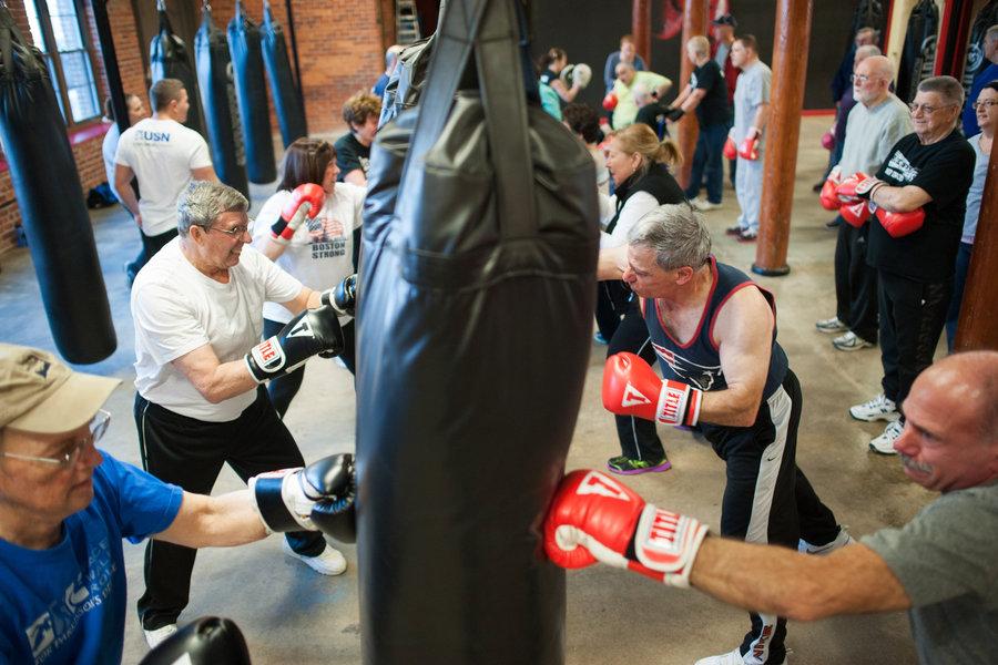 Personas de edad practicando el box