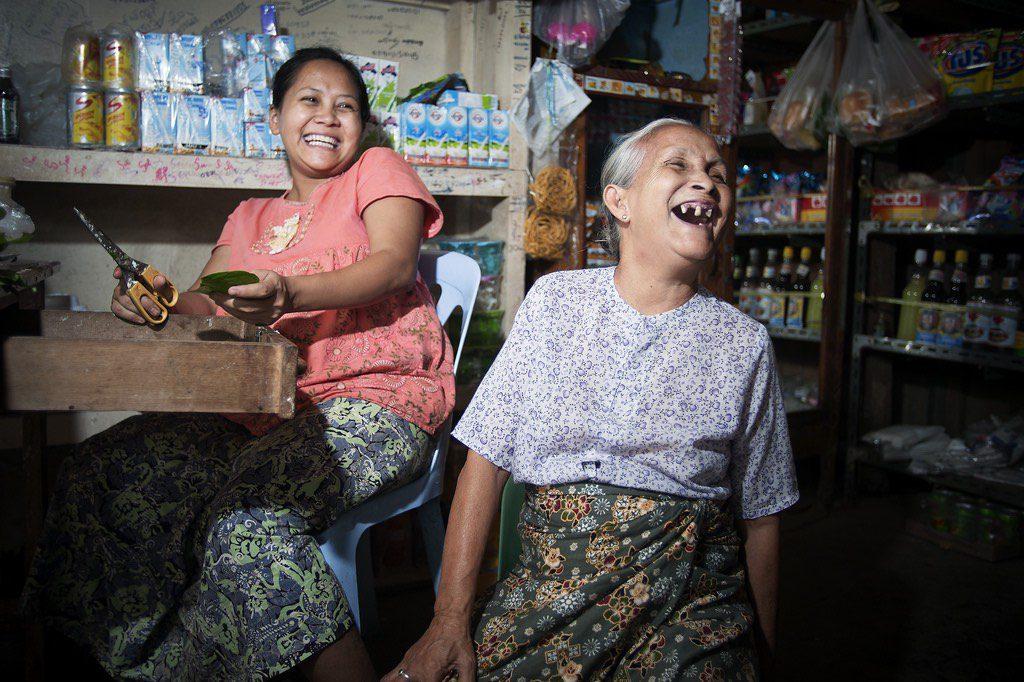 Mujer de 70 años ríe con su familia en el interior de una tienda en Tachilek, Myanmar- Foto Kibae Park, ONU