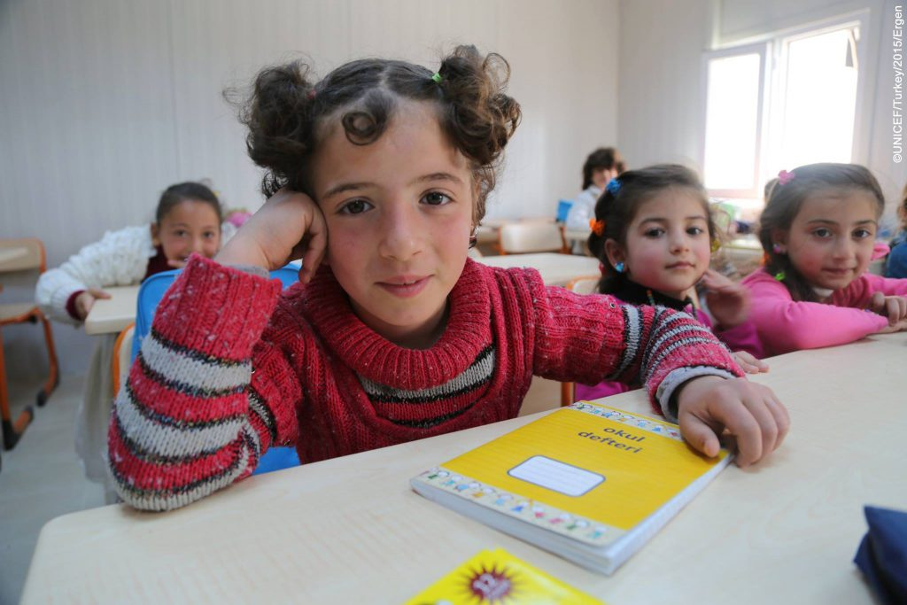 Niñas en un nuevo centro de educación para niños sirios en Kahramanmaras, Turquía- Foto UNICEF, UN019130, Ergen