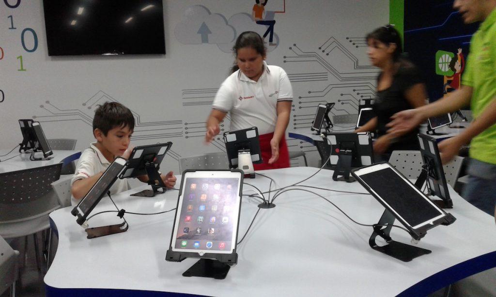 Niños con aparatos digitales