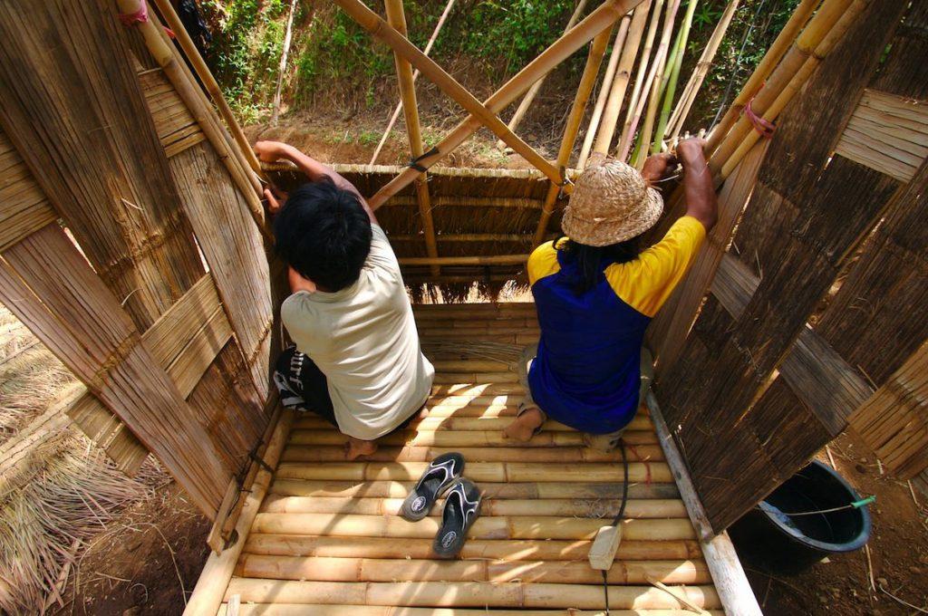 Dos personas construyen una letrina- Jeff Werner