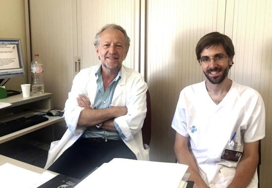 En la imagen, los investigadores Daniel Podzamczer y Aikaitz Imaz. / IDIBELL