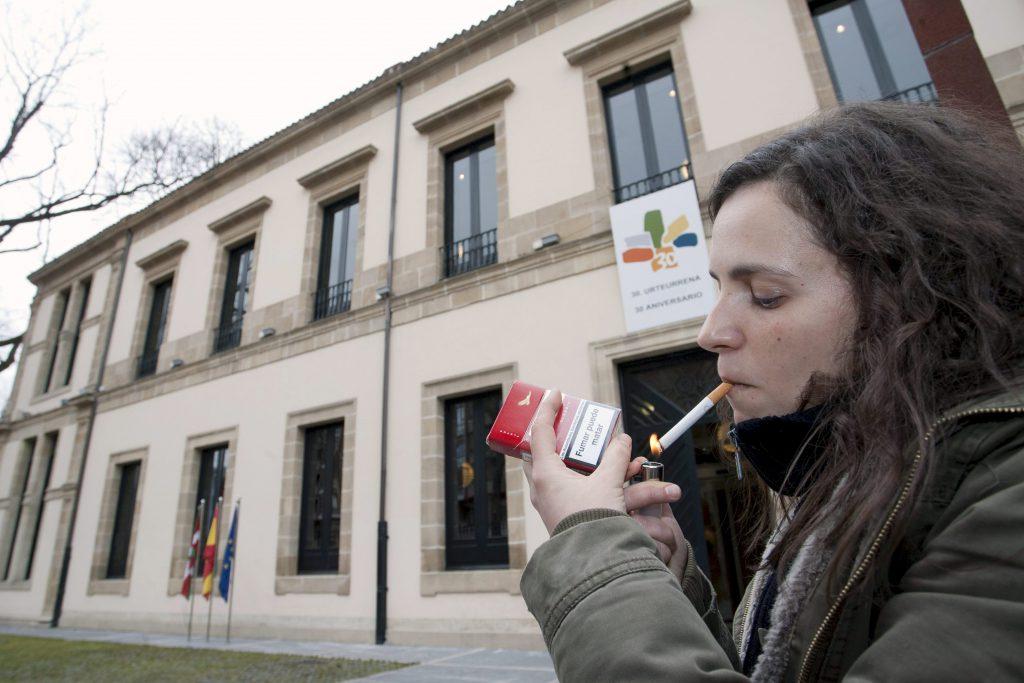 En 2012, el 24% de la población a partir de 15 años fumaba a diario. / EFE