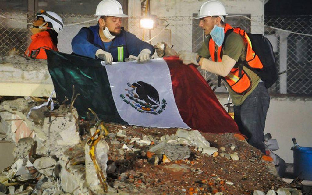 Rescatistas durante el sismo del 19 de septiembre de 2017 en México