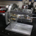 Construye microscopios de efecto túnel, a la par de su trabajo como investigador