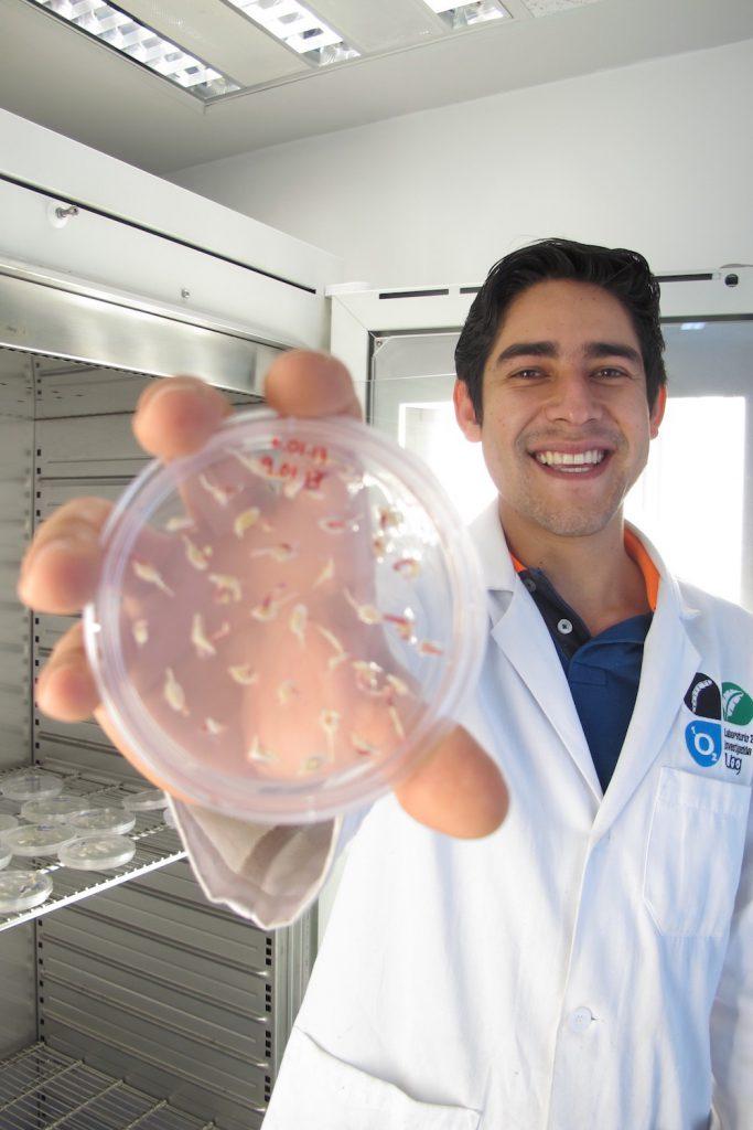 Jesús Francisco Echaide Aquino y una muestra del biofertilizante