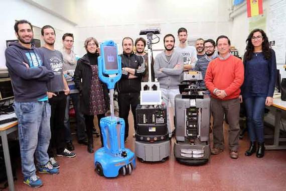 Miembros del Grupo de Investigación MAPIR de la Universidad de Málaga en su laboratorio en la E.T.S.I. de Telecomunicación
