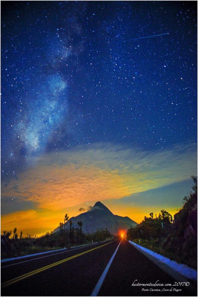 Autopista Xalapa-Perote con Vía Láctea y un meteorito cruzando el cielo- Héctor Montes de Oca