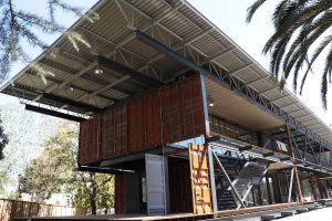 Edificio de la Universidad de Santiago de Chile con materiales de reciclaje