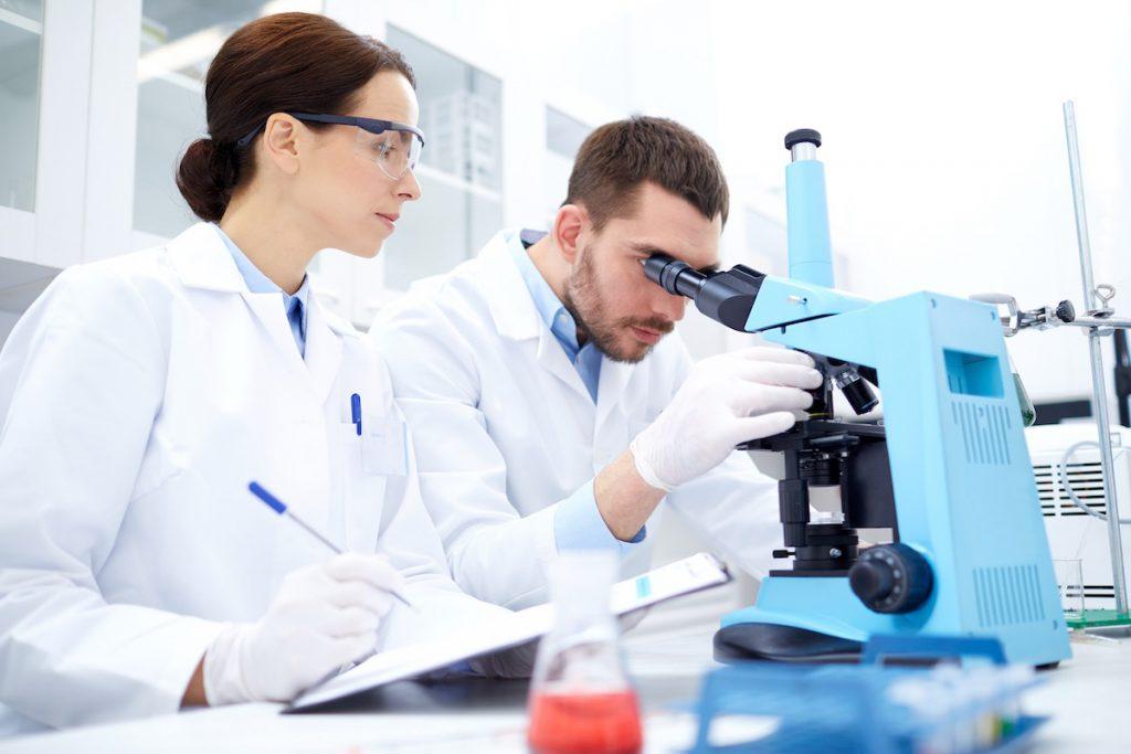Investigadora e investigador en laboratorio