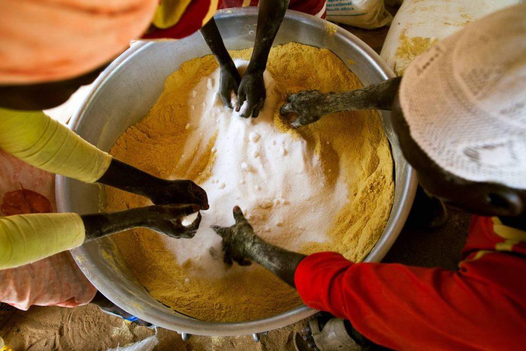 Mujeres preparando una mezcla alimenticia, en el campamento de Abu Shouk, en Darfur Septentrional- Foto ONU, Albert González Farran