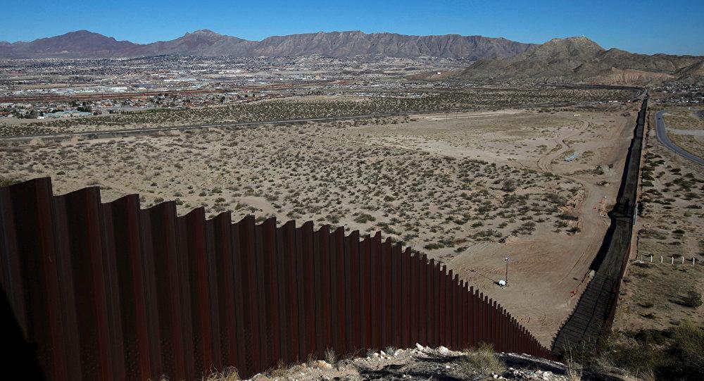 Muro fronterizo en el Desierto de Sonora