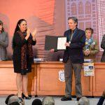 Colectivo Solecito y Edward L. Gibson recibieron Medalla al Mérito UV