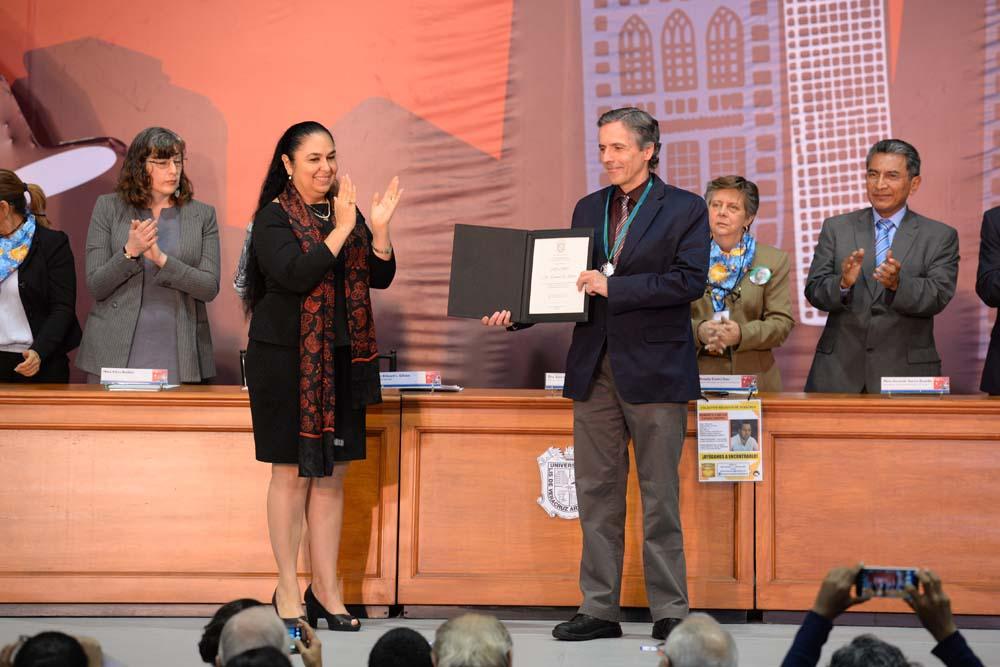 Entrega de la Medalla al Mérito UV a Edward L. Gibson, estudioso de los procesos de democratización de América Latina