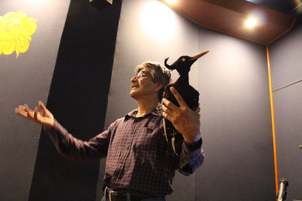 Marco Antonio Gurrola Hidalgo, con un pájaro carpintero real disecado, que ya desapareció