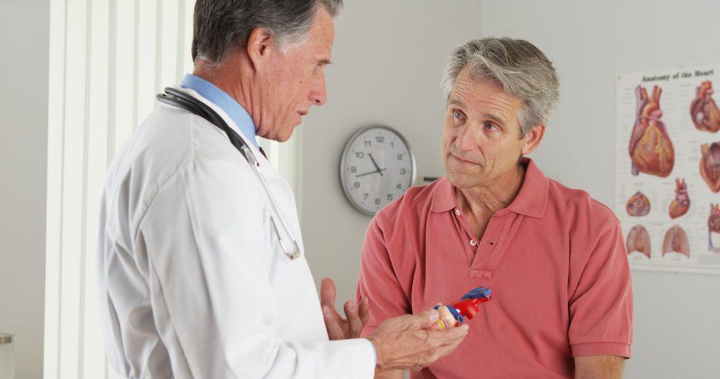 Médico anciano, paciente anciano