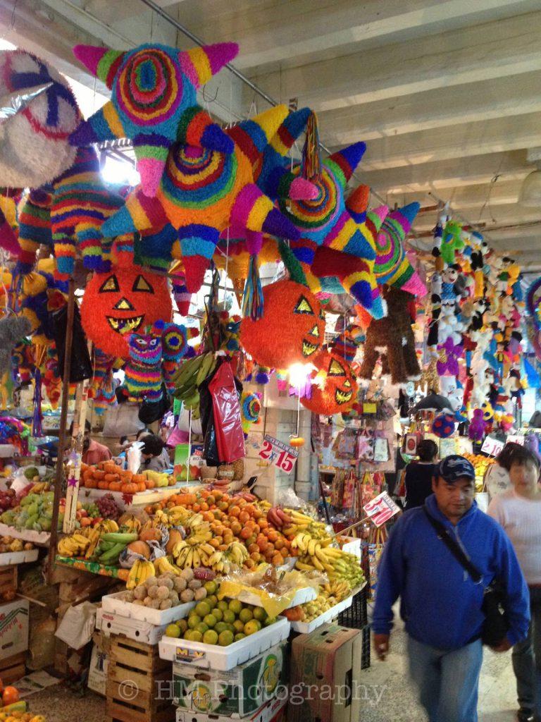 Mercado tradicional mexicano con piñatas