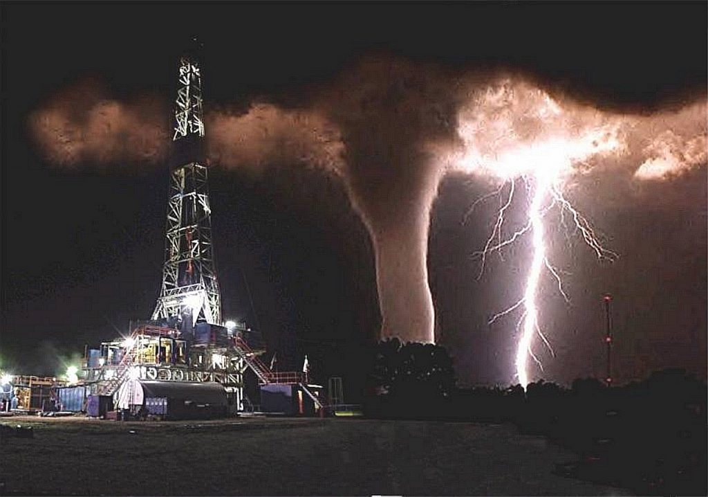 Plataforma petrolera y tornado acercándose- Texas oil rig