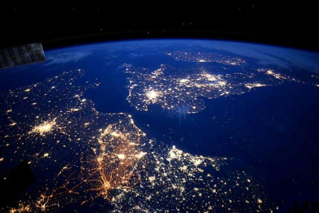 Vista noctura de Irlanda, Inglaterra y parte de Europa, desde la Estación Espacial Internacional