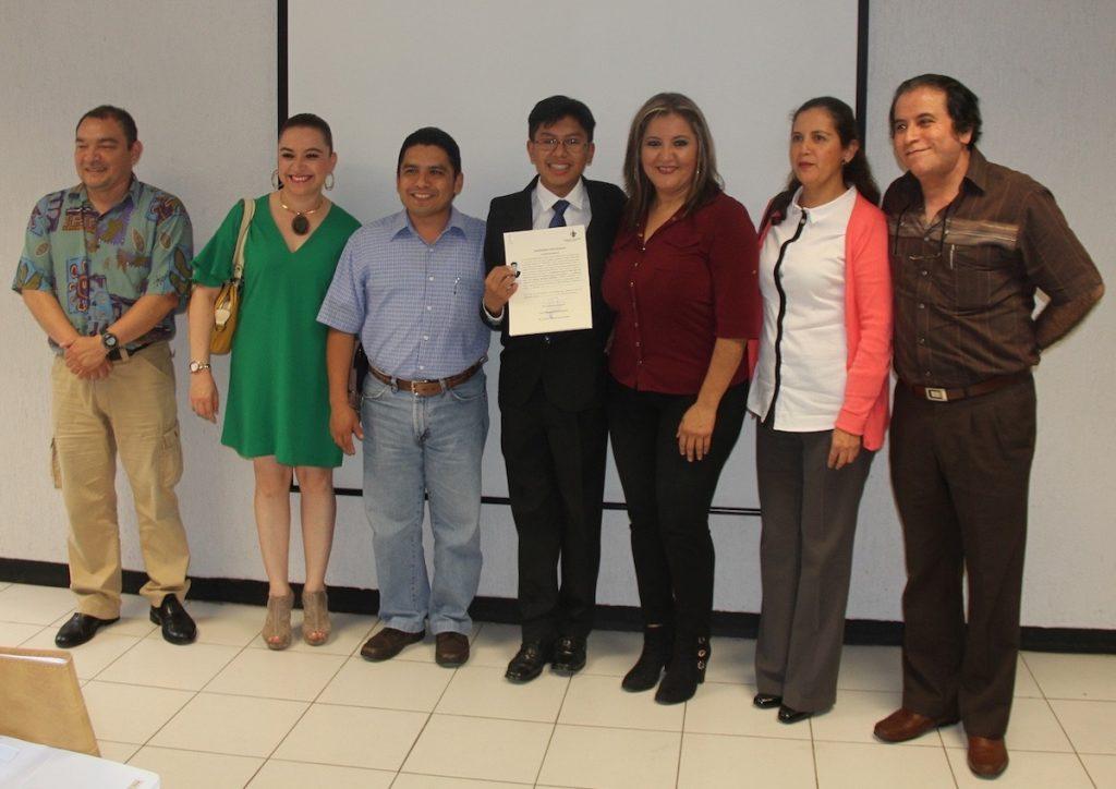 Antonio de Jesús Cruz Ceballos, de 15 años, al egresar de la UV