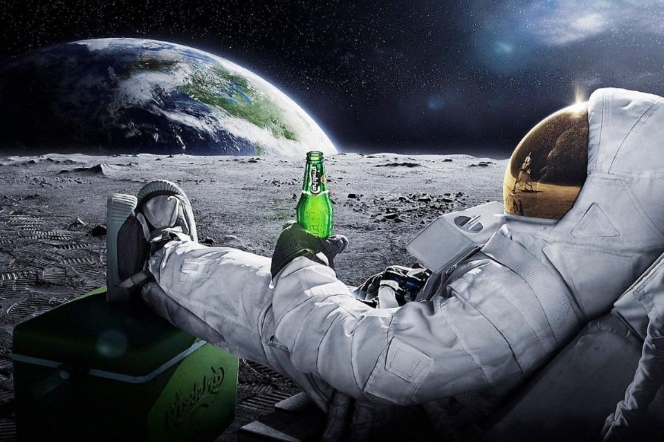 Astronauta con cerveza en la Luna