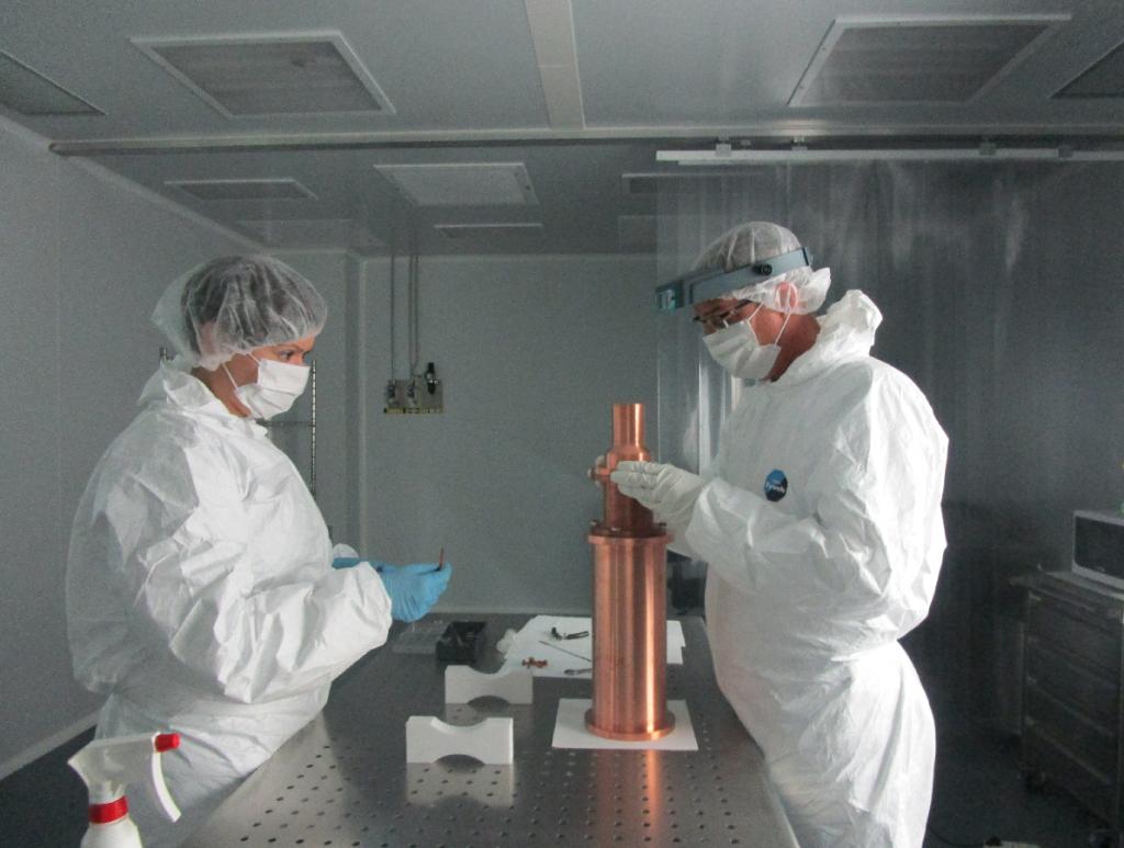Investigadres de la Universidad de Zaragoza instalan los detectores en el Laboratorio Subterráneo de Canfranc. / Unizar
