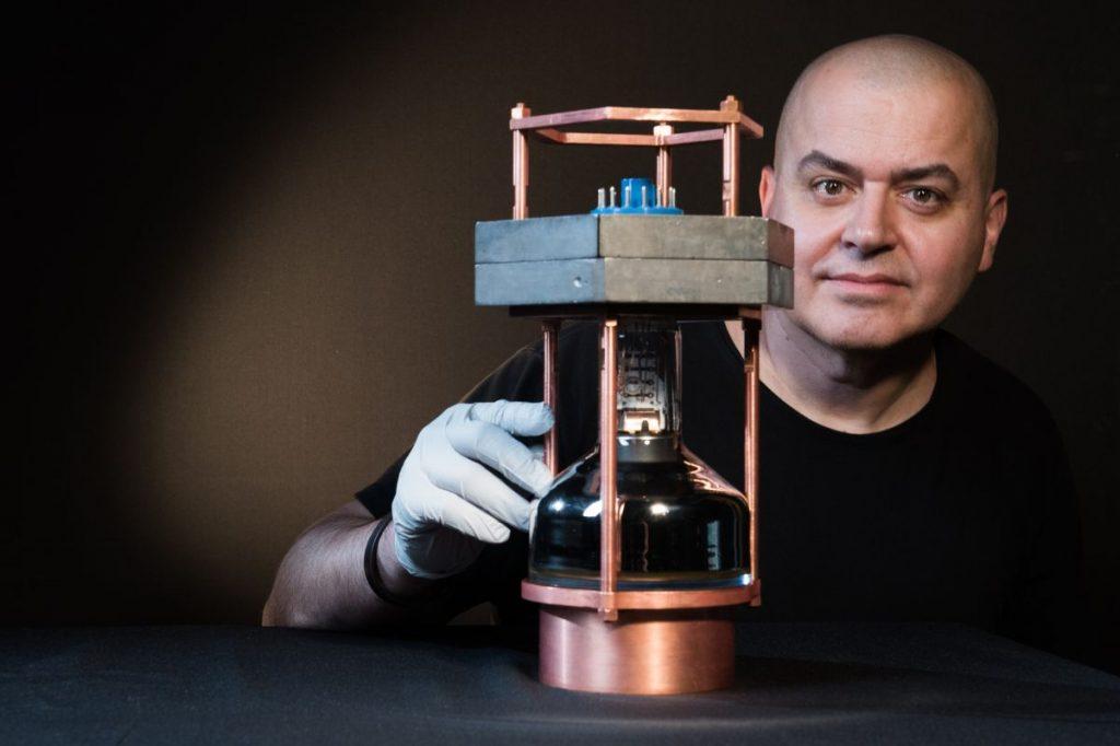 Juan Collar, coautor del trabajo, con un prototipo del detector de neutrinos más pequeño del mundo- Jean Lachat, University of Chicago