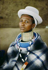 Mujer de la tribu Ndebele, de Sudáfrica- ONU foto