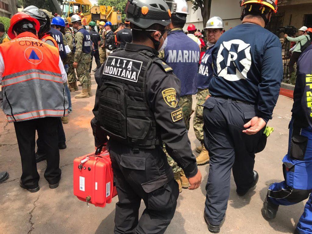 Rescatista de la Ciudad de Mexico lleva un equipo FINDER