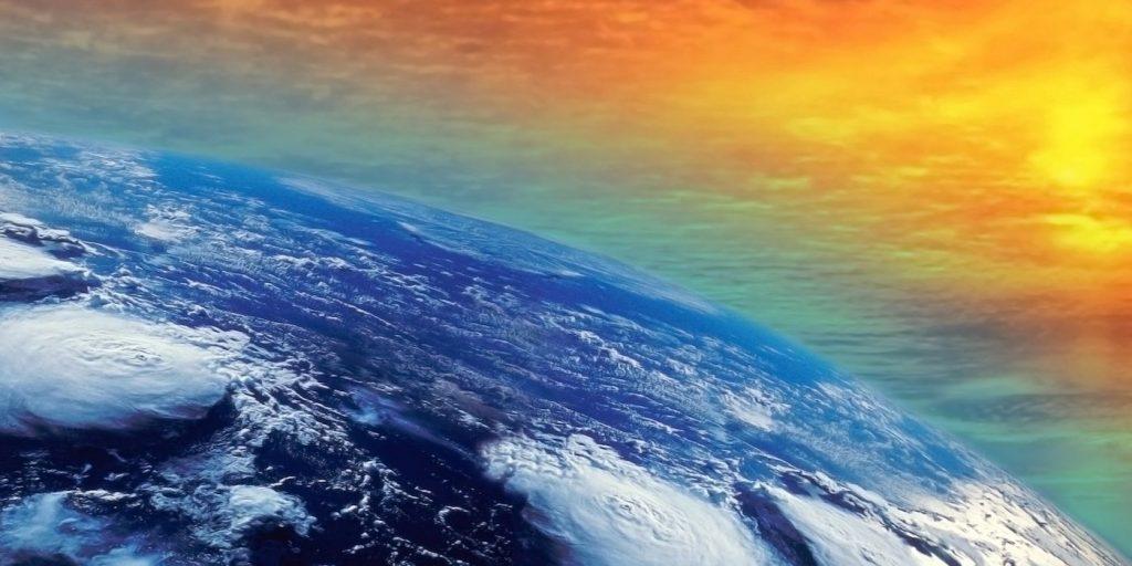 Ilustración de la superficie de la Tierra, con sobrecalentamiento y la presencia de 4 huracanes activos al mismo tiempo