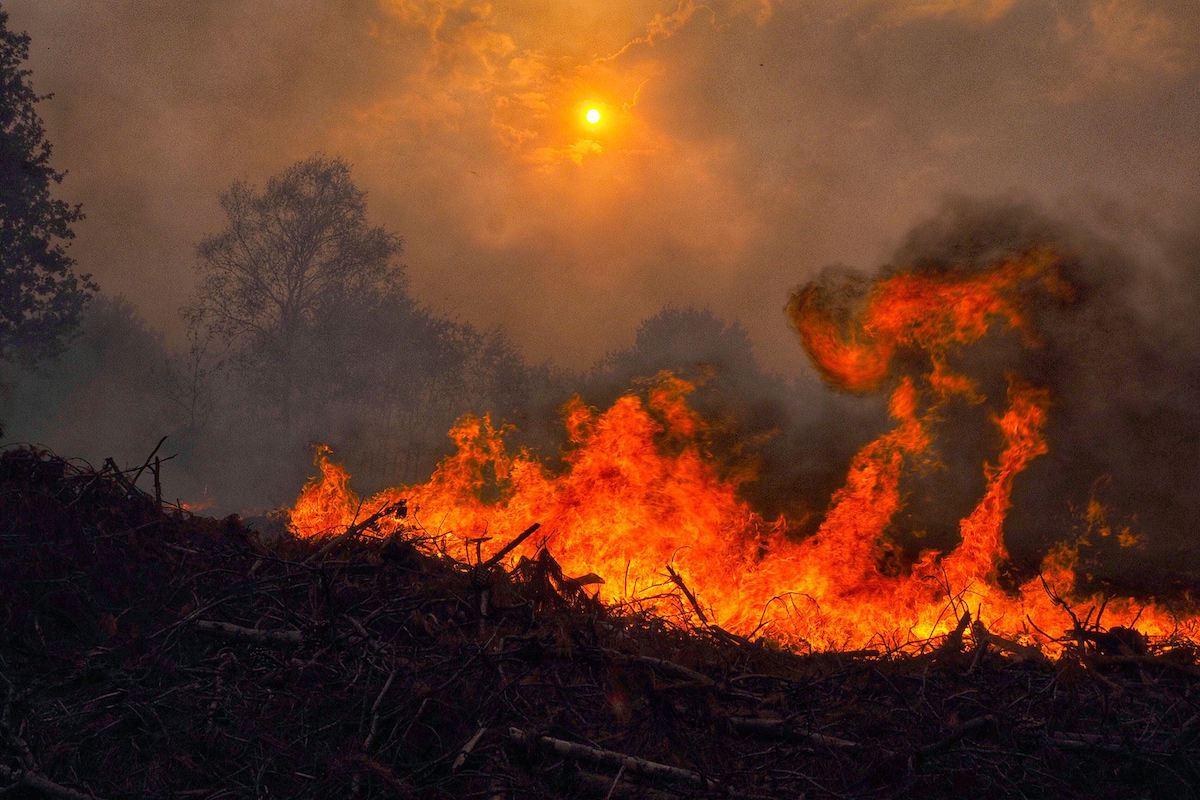 Llamas, humo y sol en Galicia