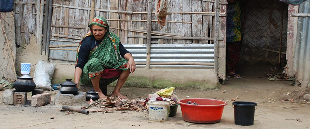 Mujer cocinando, en un pueblo de Bangladesh- Regina Merkova, DIP