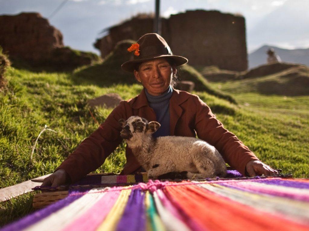 Mujer indégena tejiendo, Perú- Antonio Escalante, PNUD