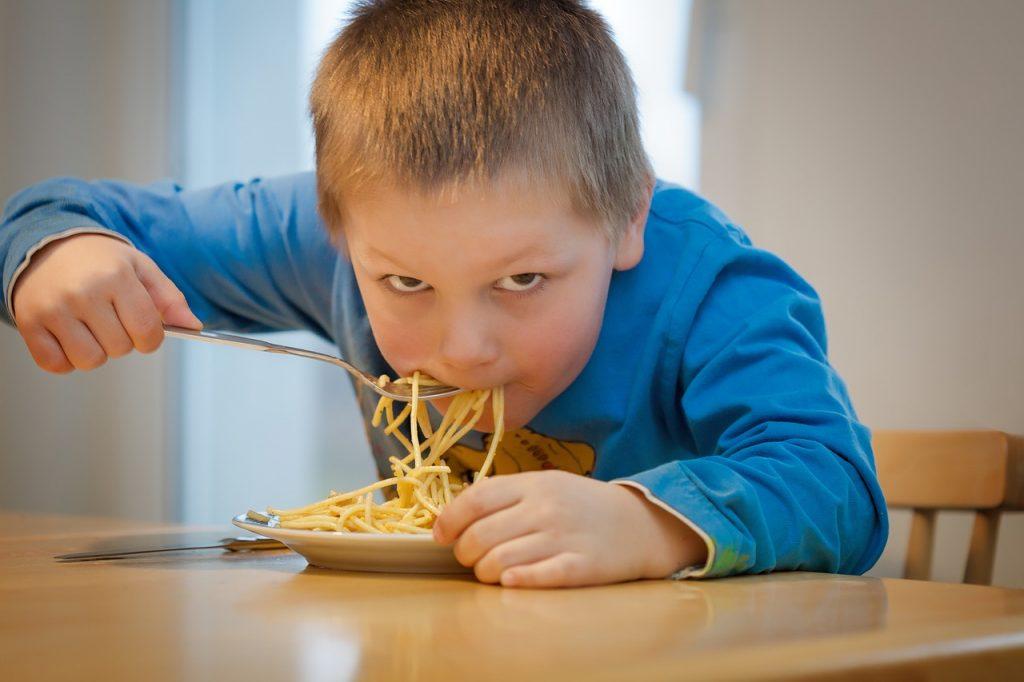 Sobrepeso infantil, comer fideos. Pixabay