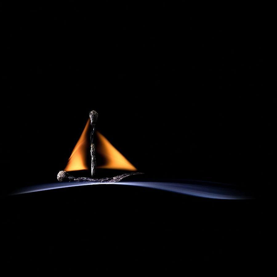 Barco en mar de humo, fotografía de Stanislav Aristov