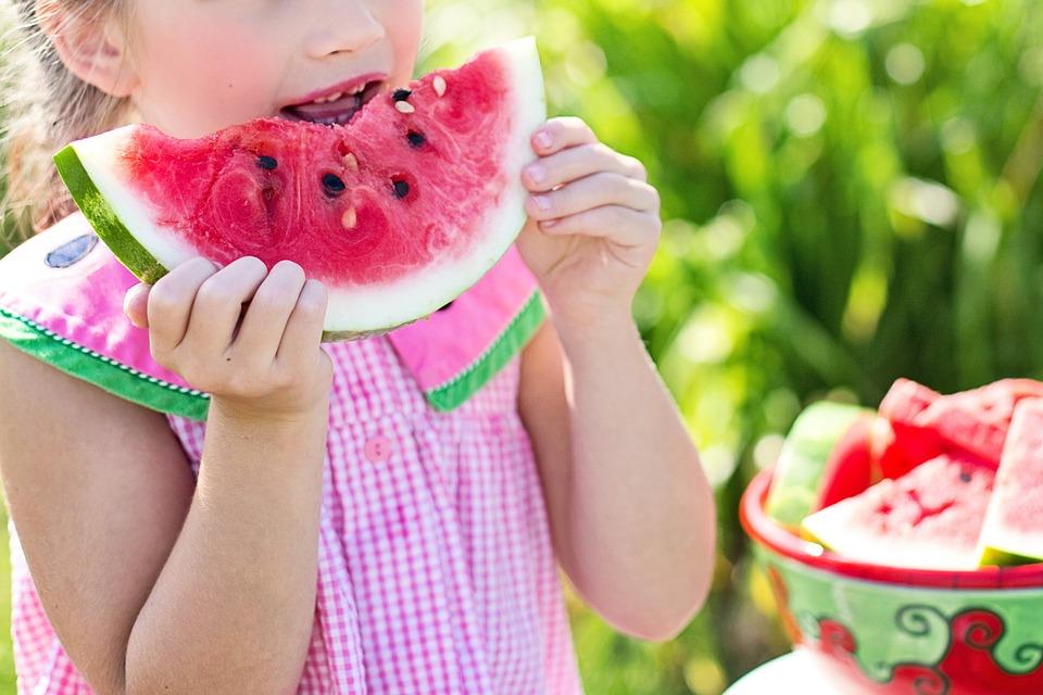 Niña comiendo sandía- Pixabay