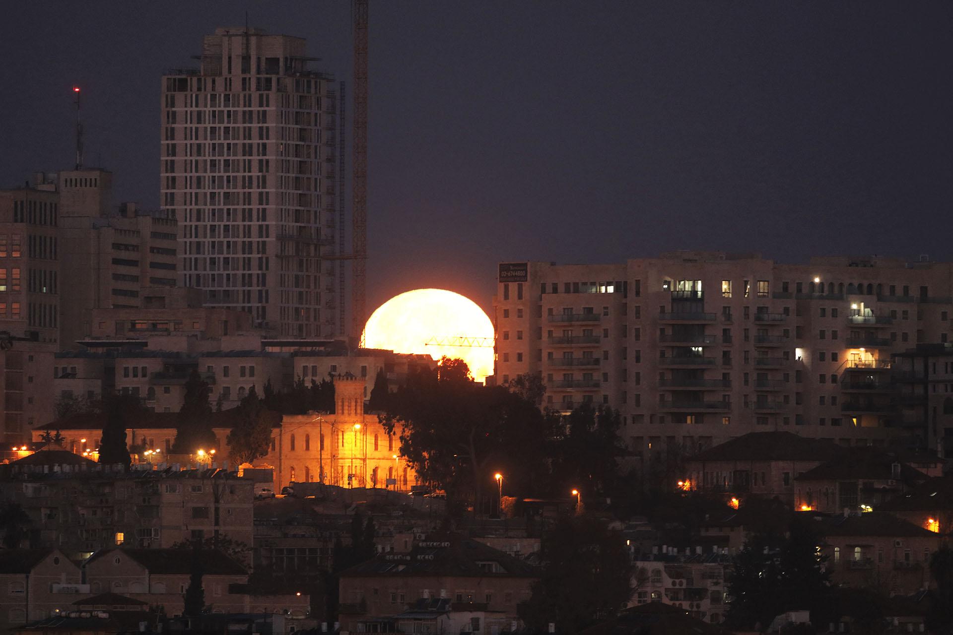 La SuperLuna se pone atrás de Jerusalen- AFP Menahem Kahana