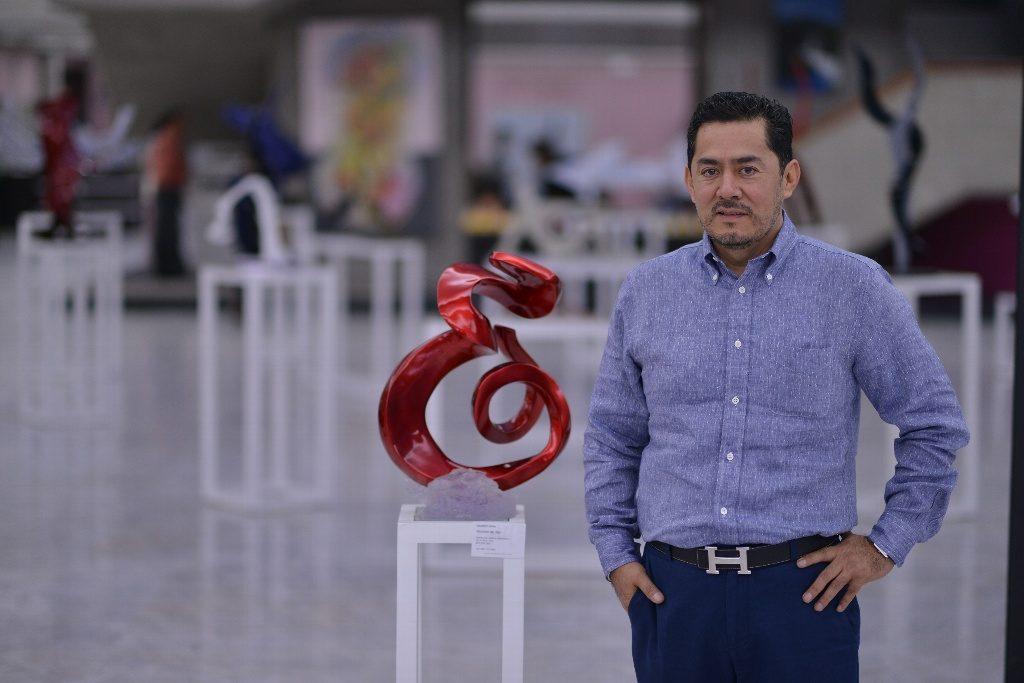 Mauricio Soria con una de sus obras